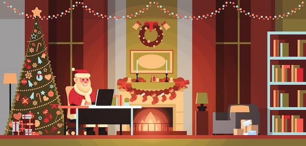 Weihnachtsmann im wohnzimmer dekoriert für weihnachten neujahr urlaub mit laptop kiefer kamin home interior konzept flach horizontal Premium Vektoren