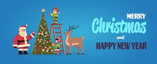 Weihnachtsmann mit elfen auf der treppe schmücken tanne Premium Vektoren