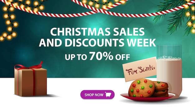 Weihnachtsverkaufs- und rabattwoche, bis zu 70% rabatt, grünes rabatt-banner, girlanden und kekse mit einem glas milch für den weihnachtsmann Premium Vektoren