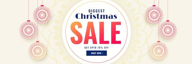 Weihnachtsverkaufsfahne mit dekorativen weihnachtskugeln Kostenlosen Vektoren