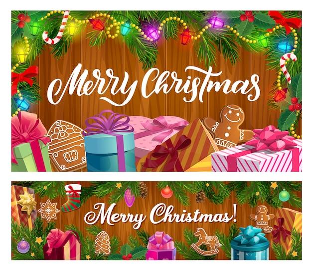 Weihnachtswinterferiengeschenke und weihnachtsbaum auf hölzernem hintergrunddesign. präsentieren sie schachteln mit bändern und schleifen, süßigkeiten, sternen und lebkuchen, kiefern- und stechpalmenzweigen mit socken, kugeln und lichtern Premium Vektoren