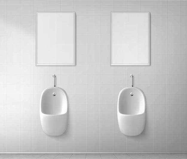 Weißes keramikurinal in der männlichen toilette. vektor realistisches interieur der öffentlichen toilette für männer mit pissoir Kostenlosen Vektoren