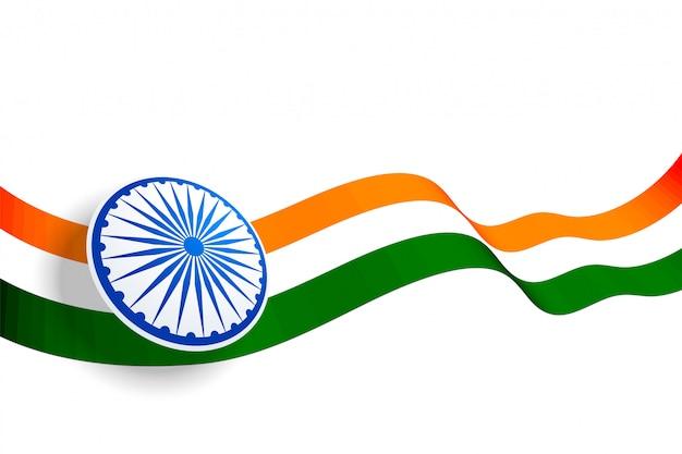 Wellenartig bewegendes indisches flaggendesign mit blauem chakra Kostenlosen Vektoren