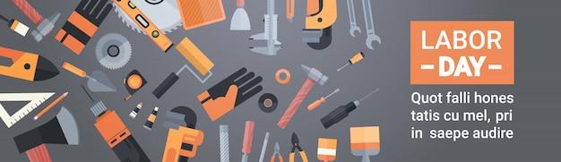 Werktagsgrußkarte über satz reparatur-und bau-arbeitsgeräten Premium Vektoren
