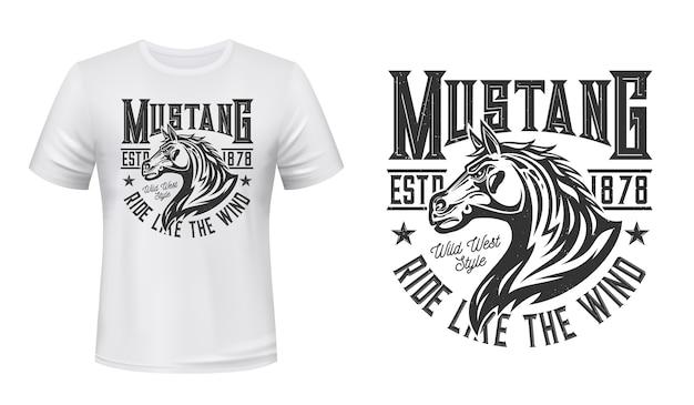 Wilder mustang hengst t-shirt druck. pferdehengstkopf mit winkender mähnenillustration und typografie. individueller druck der kleidung des reitens des wilden westens, des reitens oder des rennclubs Premium Vektoren