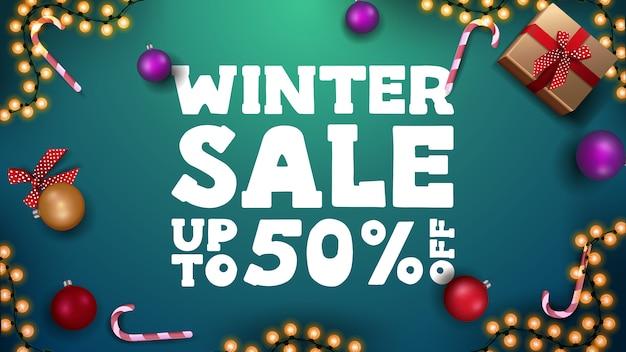 Winterschlussverkauffahne mit weihnachtsgeschenken und weihnachtsverzierungen Premium Vektoren