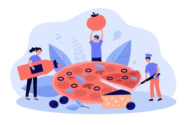Winziger restaurantkoch und team kochen riesige leckere pizza mit käse und oliven, nehmen scheibe, halten flasche rote sauce und tomate. Premium Vektoren