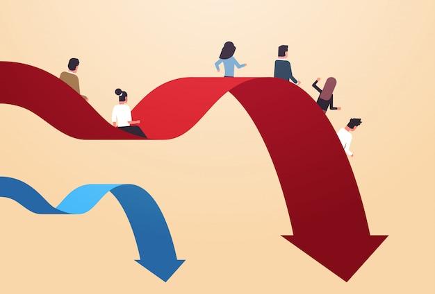 Wirtschaftler, die hinunter fallendes wirtschaftliches pfeilfinanzkrise bankrottes investitionsrisiko-geschäftsausfallkonzept in voller länge horizontal rutschen Premium Vektoren
