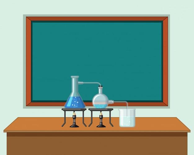 Wissenschaftsklassenzimmer mit werkzeugen auf tabelle Kostenlosen Vektoren