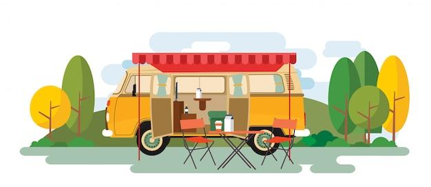 Wohnmobil-entspannender packwagen, der auf der natur sitzt Premium Vektoren
