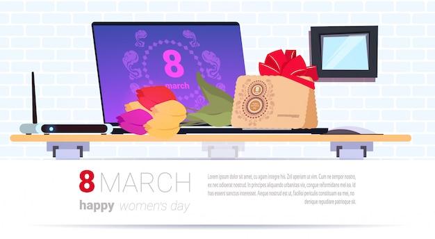 Worplace with gift box und 8. märz umschlag happy women day kreative geschenke über vorlage hintergrund Premium Vektoren