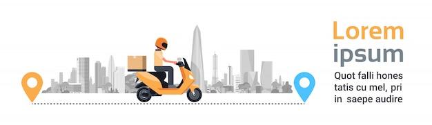 Zustelldienst, mann-kurier riding motorcycle with-kasten-paket über schattenbild-stadt-gebäude-horizontaler fahne Premium Vektoren
