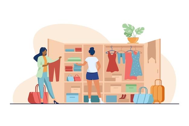 Zwei frauen wählen kleidung für die reise aus dem kleiderschrank. flache vektorillustration von kleidung, kleid, gepäck. mode- und urlaubskonzept Kostenlosen Vektoren