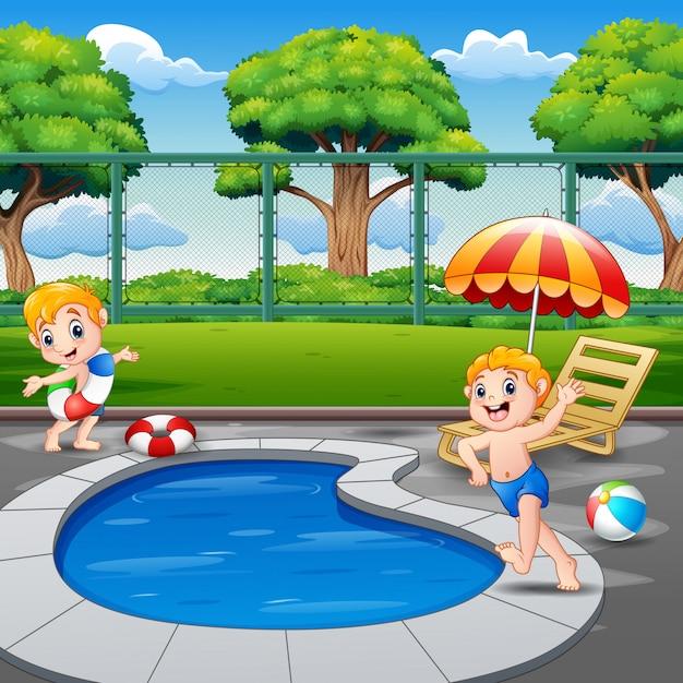 Zwei jungen, die auf poolrand im hinterhof laufen Premium Vektoren