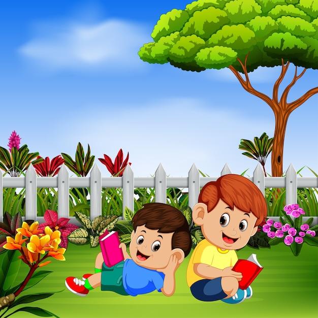 Zwei kinder lesen ein lesebuch im garten Premium Vektoren