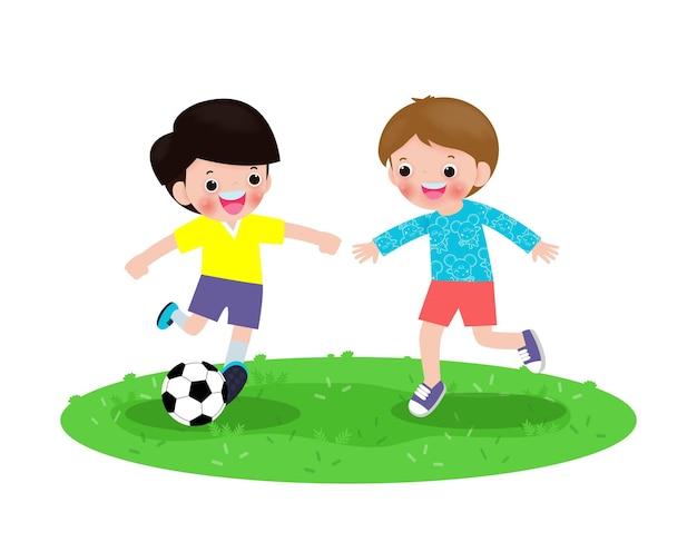 Zwei kleine jungen spielen fußball, glückliche kinder spielen fußball im park isoliert auf weißem v. Premium Vektoren