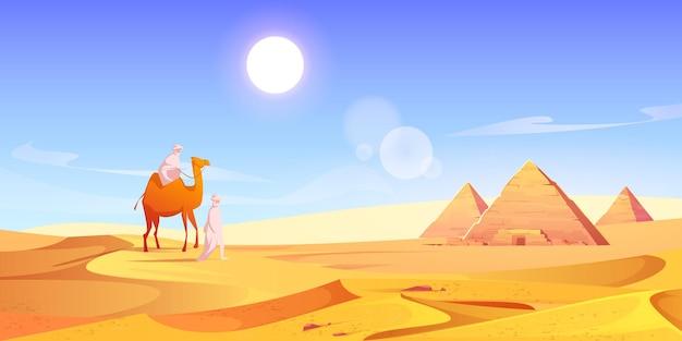 Zwei männer und kamel in der ägyptischen wüste mit pyramiden Kostenlosen Vektoren