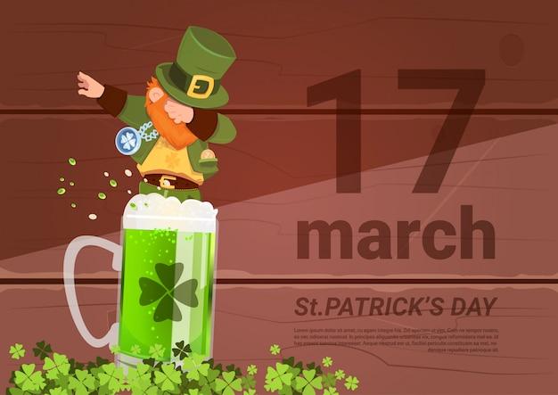 17 de março de saint patricks day fundo com leprechaun homem verde no copo de cerveja Vetor Premium