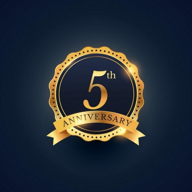 5º rótulo celebração emblema aniversário na cor dourada Vetor grátis