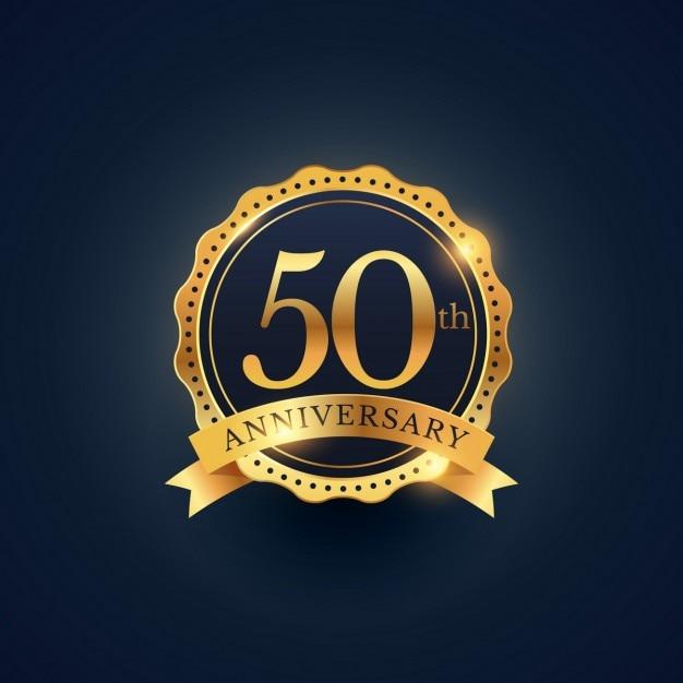 50th etiqueta celebração emblema aniversário na cor dourada Vetor grátis