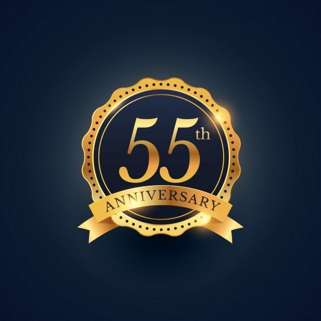 55 rótulo celebração emblema aniversário na cor dourada Vetor grátis