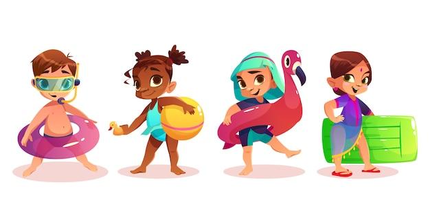 A criança caucasiano, afro-americano, árabe e indiana no roupa de banho com os caráteres infláveis do vetor dos desenhos animados do anel ou do colchão da natação ajustou o fundo branco isolado. crianças pré-escolares no lazer de verão Vetor grátis