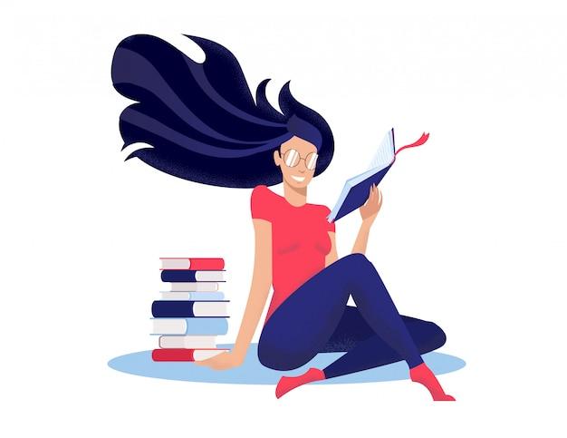 A jovem mulher lê o livro, sentando-se no assoalho de pernas cruzadas nwet à pilha de livros. Vetor Premium