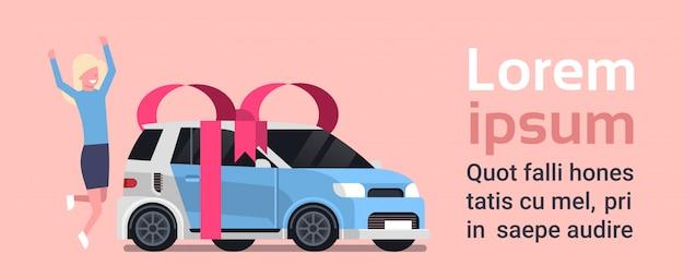 A mulher feliz compra o carro de niew sobre o veículo com fita e curva. modelo de texto Vetor Premium