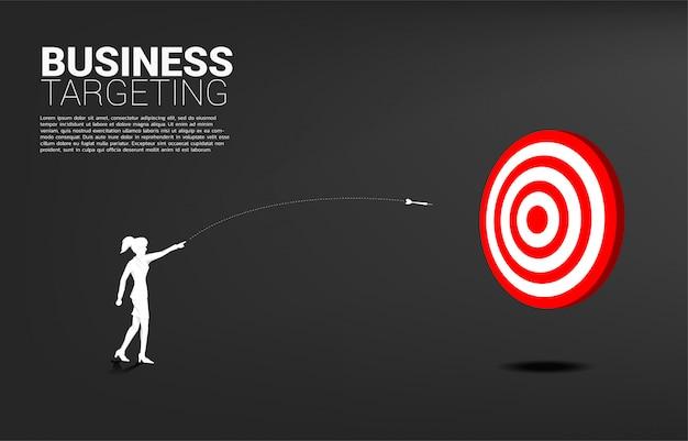 A silhueta da mulher de negócios joga para fora a seta do dardo para bater o alvo. conceito de negócio de segmentação e cliente. missão de visão da empresa. Vetor Premium