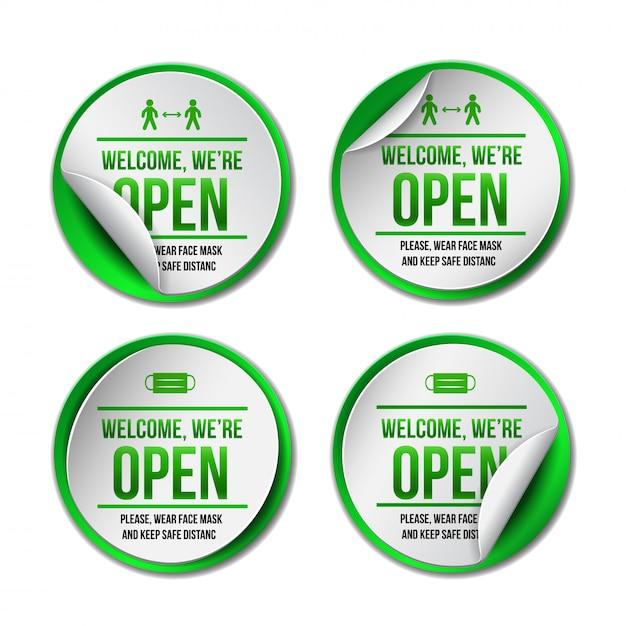 Abra o sinal no rótulo verde - bem-vindo de volta. conjunto de informações para a frente da porta sobre como trabalhar novamente. mantenha distância social e use máscara facial. ilustração em branco. Vetor Premium