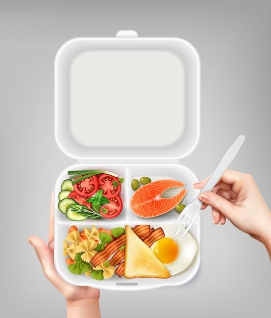 Abriu a lancheira plástica descartável com ovo de bacon de salada de salmão e mão segurando a ilustração de composição realista de garfo Vetor grátis