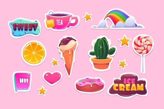 Adesivos bonitos com arco-íris, coração, doces e estrelas. ícones dos desenhos animados de donut, sorvete, laranja e citações. patches com símbolos divertidos, cacto, chá e pirulito isolados em fundo rosa Vetor grátis