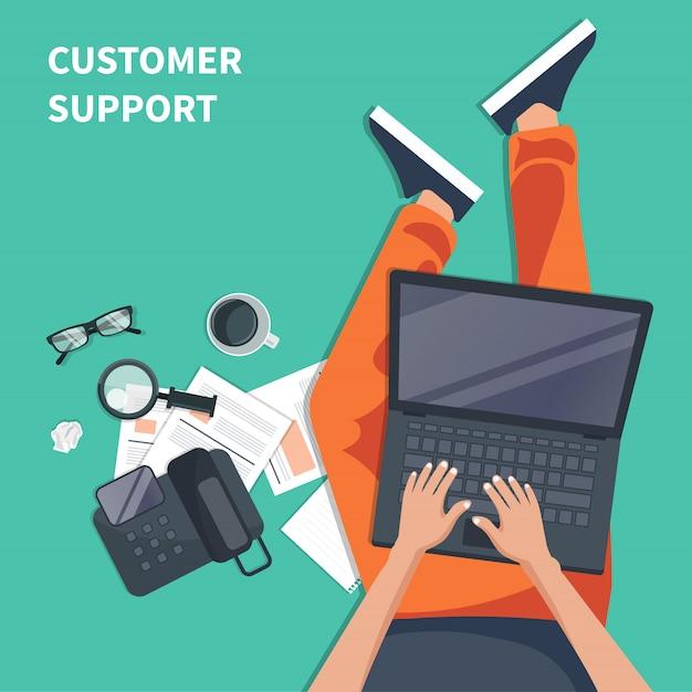 Agente de suporte ao cliente com lap top Vetor Premium