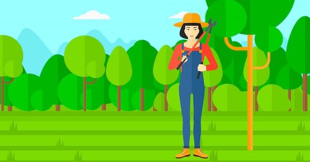 Agricultor com podador no jardim. Vetor Premium
