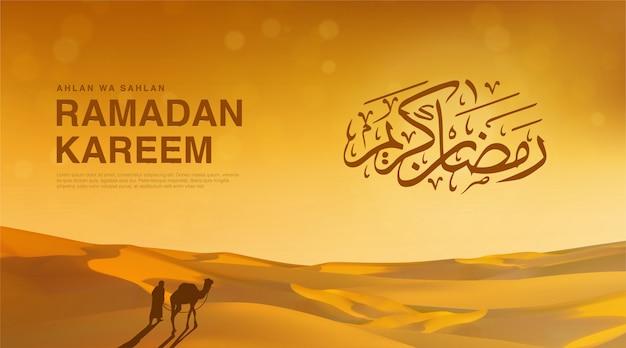 Ahlan wa sahlan ramadan kareem significa bem-vindo ao ramadã. modelo de design de papel de parede com ilustração 3d da vista do deserto e um viajante com seu camelo, fundo muçulmano feliz feriado na cor ouro. Vetor Premium