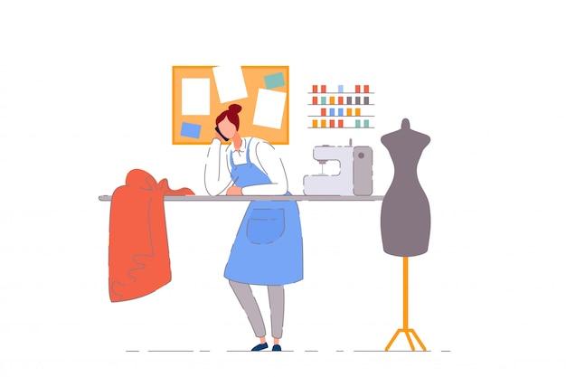 Alfaiate proprietário da loja. costureira mulher pessoa trabalhando na oficina de artesanato de costura. alfaiate costureira empresário com máquina de costura, manequim e tecido na loja do ateliê Vetor Premium