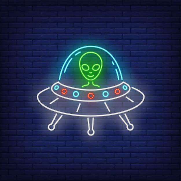 Alienígena em sinal de néon de disco voador Vetor grátis