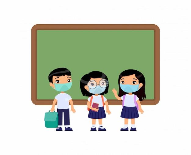 Alunos asiáticos com máscaras médicas em seus rostos. meninos e meninas vestidos em uniforme escolar em pé perto de personagens de desenhos animados do quadro-negro. proteção contra vírus, conceito de alergias. ilustração vetorial Vetor grátis