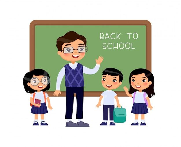 Alunos de saudação de professor em ilustração vetorial plana de sala de aula. meninos e meninas vestidos de uniforme escolar e professor apontando para personagens de desenhos animados do quadro-negro. alunos do ensino fundamental de volta à escola Vetor grátis