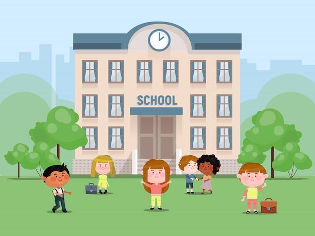 Alunos no quintal na frente da ilustração vetorial elementar. meninas e meninos com malas. colegas de escola. voltar ao recreio da escola. Vetor Premium