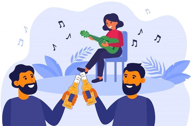 Amigos do sexo masculino bebendo cerveja no concerto acústico ao ar livre Vetor grátis