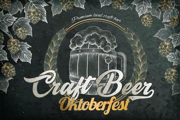 Anúncios de cerveja artesanal, barril de cerveja em estilo retro gravura e elementos de lúpulo para o festival oktoberfest, plano de fundo do quadro-negro Vetor Premium