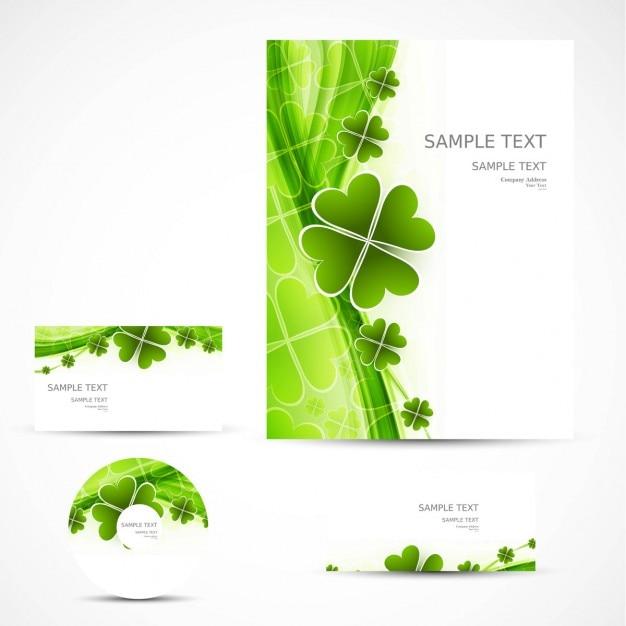 Artigos de papelaria do negócio com trevos verdes Vetor grátis