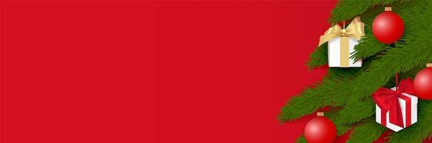 Árvore de natal decorada com bolas e caixas de presente. isolado, objeto de vetor sobre fundo vermelho. Vetor Premium