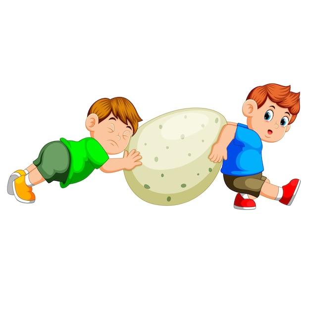 As crianças puxam e movem o ovo do grande dinossauro verde Vetor Premium