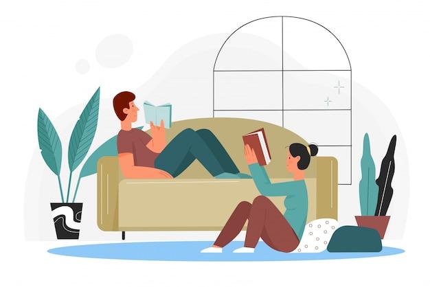 As pessoas lêem livros na ilustração em casa. desenhos animados de casais que estão lendo livros da biblioteca ou livraria, sentados no chão e deitados no sofá no interior da sala de estar isolado Vetor Premium