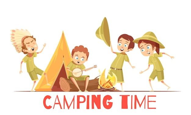 Atividades de acampamento de verão de batedores de meninos cartaz retrô dos desenhos animados com tocando índio e cantando canções de fogueira Vetor grátis