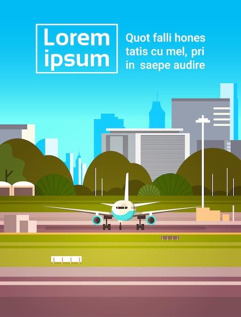 Avião na pista antes da decolagem sobre a cidade moderna Vetor Premium