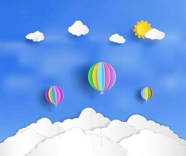Balões bonitos e coloridos que flutuam acima das nuvens. Vetor Premium