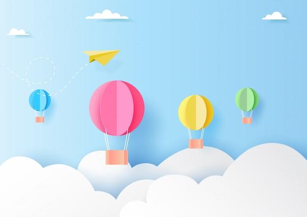 Balões de ar quente coloridos no estilo da arte do papel do céu azul Vetor Premium